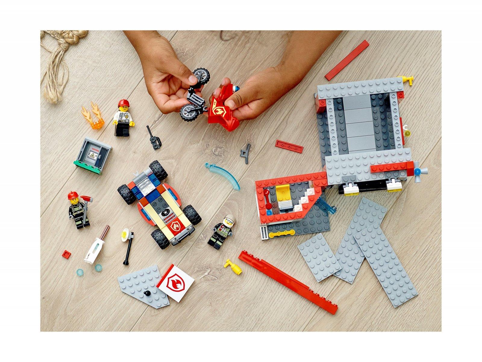 LEGO 77943 Remiza strażacka — zestaw startowy