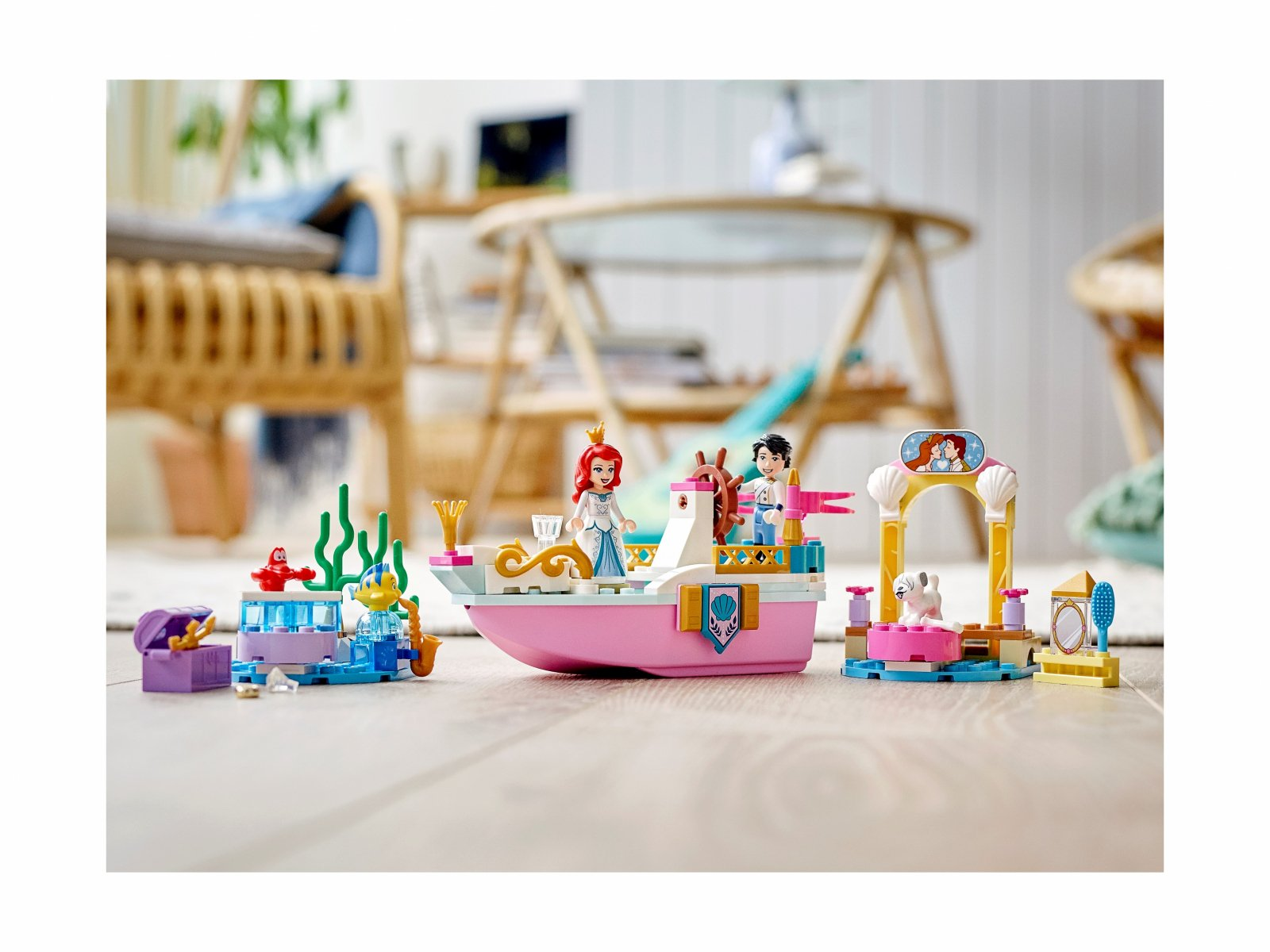 LEGO 43191 Świąteczna łódź Arielki